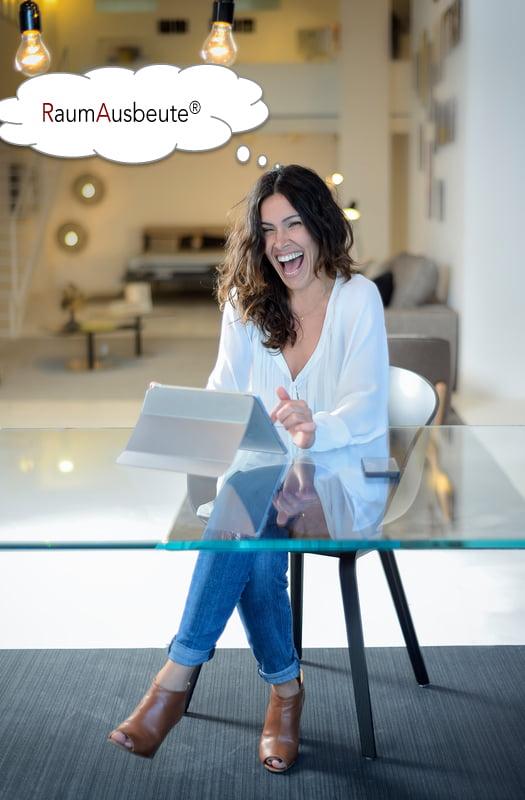 Frau sitz begeistert am PC